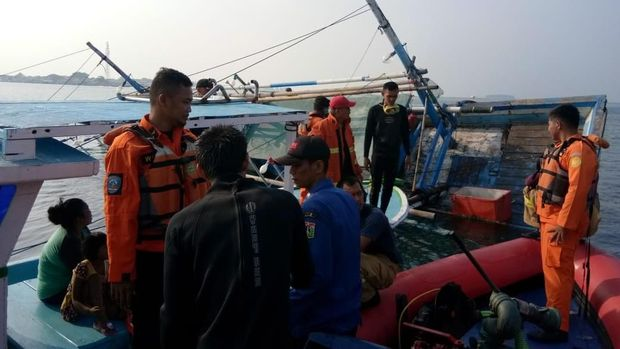 Tim SAR Evakuasi Kapal Terbalik di Kepulauan Seribu