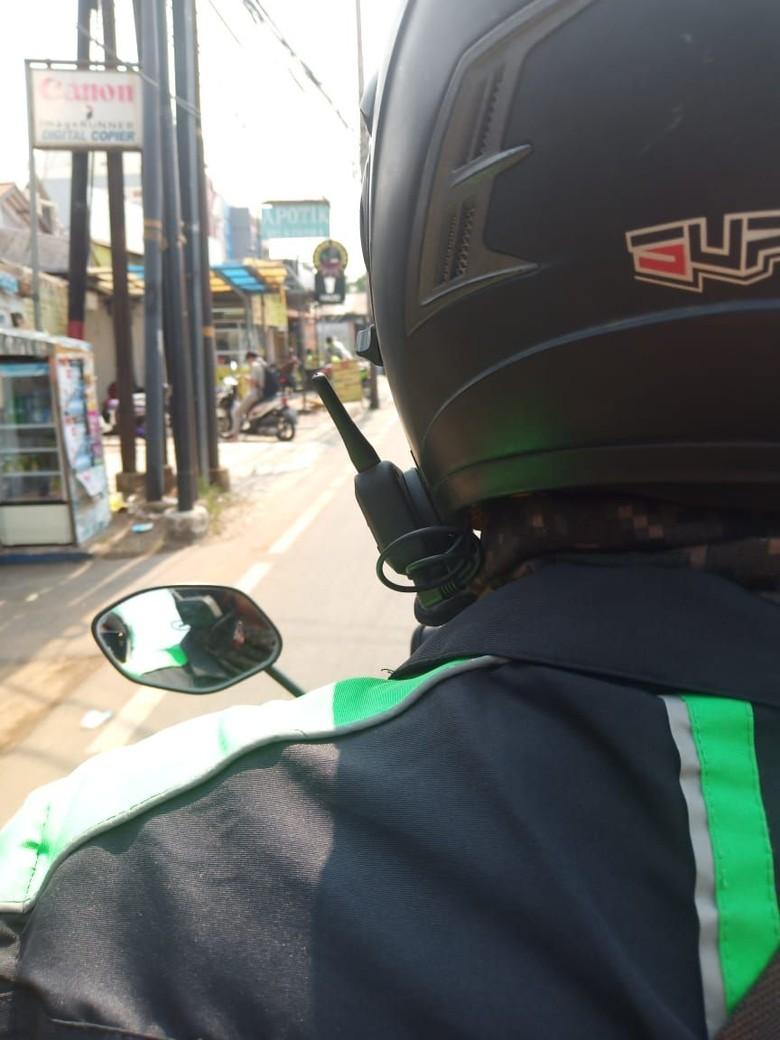 Intercom terpasang di bagian luar helm, biasanya dipasang di sebelah krii. Foto: Dok. Amanda Andono/Istimewa