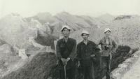 Dong bersama dua temannya di tahun 1984 saat berjalan kaki menyusuri Tembok Besar China (CNN Travel)