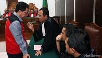 Jokdri berkonsultasi dengan kuasa hukumnya.
