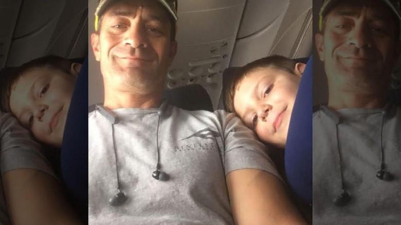 Foto: ria tolong anak autis di pesawat (Alexa Bjornson/Facebook)
