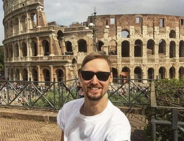 Jamie pun makin ketagihan solo traveling, hingga akhirnya terbang ke Colosseum Roma di Italia. (Jamie Ather/BBC)