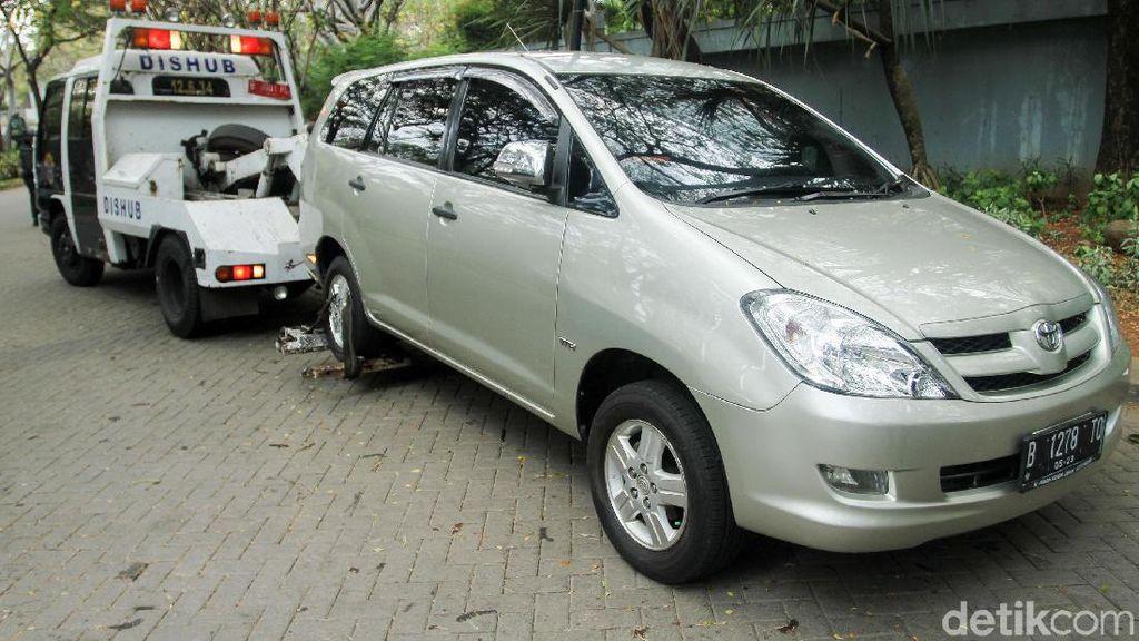 Langkah Pemerintah Haramkan Mobil Parkir di Jalan Depan Rumah