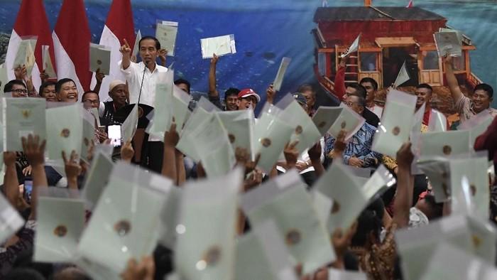 Presiden Joko Widodo (tengah) menyampaikan sambutan saat penyerahan sertifikat tanah untuk rakyat di Manado, Sulawesi Utara, Kamis (4/7/2019).