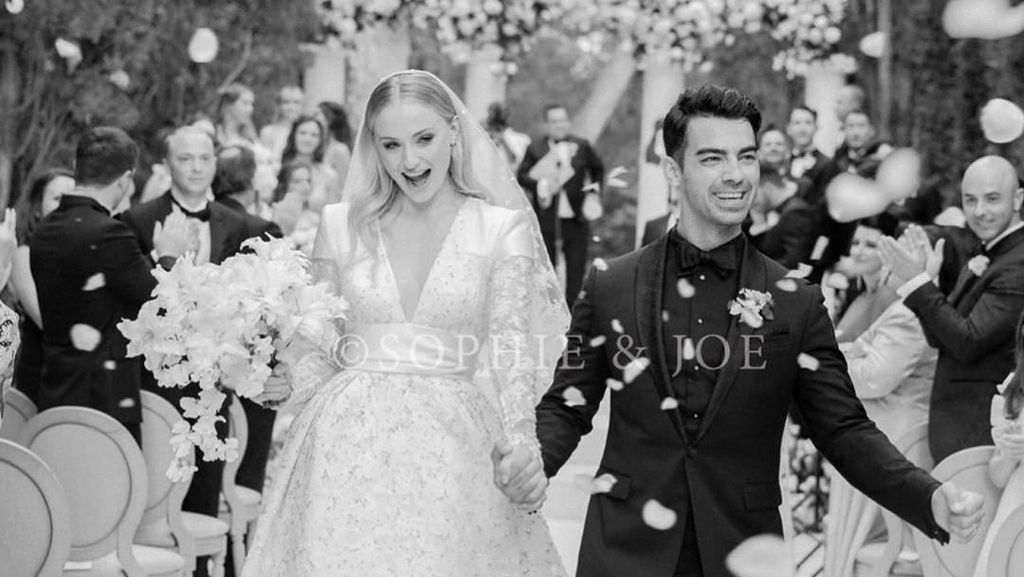 Melihat Lebih Dekat Gaun Pengantin Sophie Turner Buatan Louis Vuitton