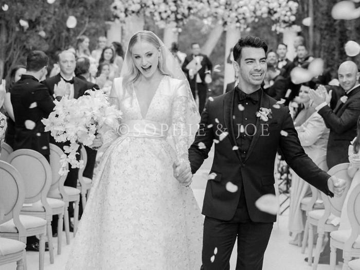 Sophie Turner dibalut gaun pengantin Louis Vuitton saat dinikahi Joe Jonas di Prancis. (Foto: Instagram/@sophiet)