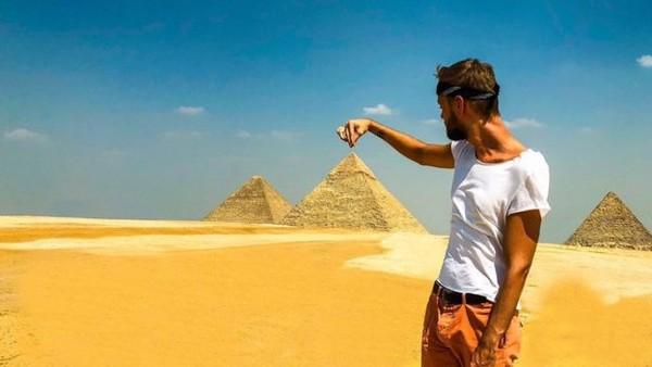 Jamie juga berkunjung ke Piramida Mesir. (Jamie Ather/BBC)