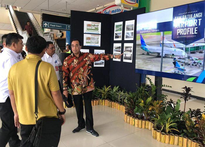 Budi Karya yang mengenakan batik lengan panjang meninjau Bandara Sam Ratulangi Manado. Istimewa/Kemenhub.