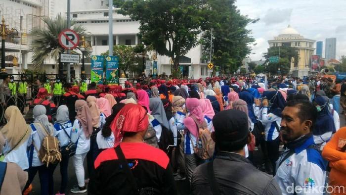 Ratusan buruh yang tergabung dalam Federasi Serikat Pekerja Metal Indonesia (FSPMI) kembali menggelar aksi di depan kantor Gunernur Jatim. Ada 6 tuntutan yang mereka sampaikan yang masih terkait dengan Hari Buruh Sedunia 1 Mei lalu.
