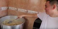 Masak Mie Instan 200 Bungkus, YouTuber Ini Pakai Kolam Renang untuk Wadah