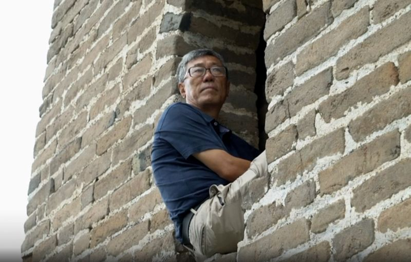 Mari kenalan sama Dong Yao-hui. Bersama kedua temannya, Wu De-yu dan Zhang Yuan-hua mereka jadi orang-orang pertama yang jalan kaki menyusuri Tembok Besar China
