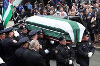 Penghormatan terhadap Luis Alvarez saat akan dibawa ke gereja sebelum dimakamkan