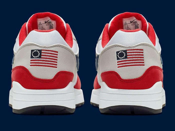 Sneakers Nike dengan bendera Betsy Ross. (Foto: Instagram/@sneakernews)