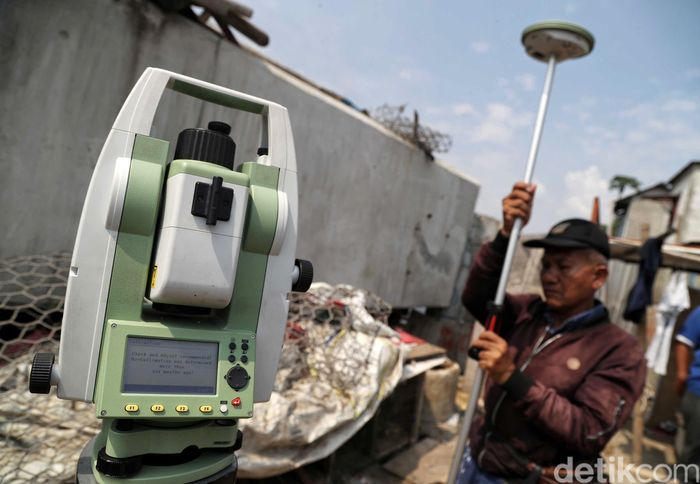 Sejumlah pegawai dari Badan Pertahanan Nasional (BPN) melakukan pengukuran di titik nol (awal) proyek tanggul laut raksasa lanjutan National Capital Integrated Coastal Development (NCICD) tahap dua di kawasan Cilincing, Jakarta Utara, Kamis (4/7).