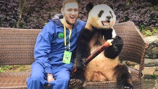 Ini kenang-kenangan manis Jamie di China, berfoto bersama panda. (Jamie Ather/BBC)