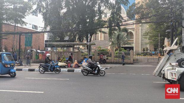 Para pencari suaka itu menempati trotoar dan halte-halte di sekita Jl Kebon Sirih.