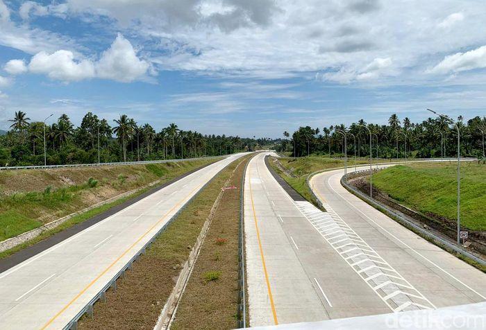Jokowi mengatakan jalan tol ini nantinya dapat mendukung sektor pariwisata hingga industri disekitar wilayah setempat.