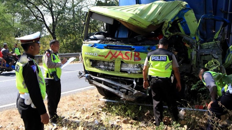 Ngeri! Begini Penampakan Bus dan Truk Kecelakaan Maut di Baluran