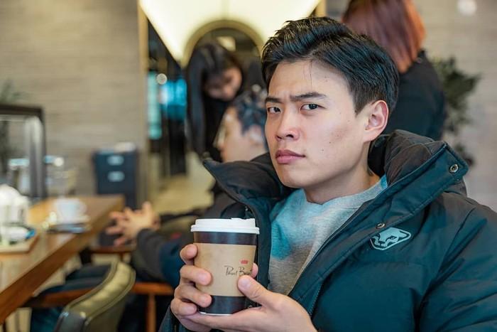 Terkenal lewat kanal YouTube Korea Roemit, Hansol sering membagikan video tentang aktivitasnya sehari-hari dan berbagai konten investigasi yang menarik. Foto: Instagram @hansoljang110