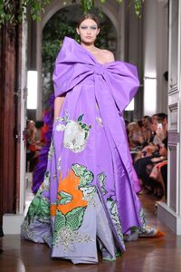 Gigi Hadid di fashion show Valentino.
