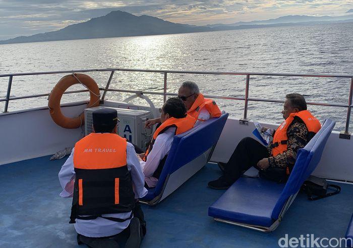 Budi mengaku saat itu Jokowi memang memanggil dirinya dan Basuki. Ada sejumlah pekerjaan pemerintah yang dibahas. Beberapa pembahasan infrastruktur tersebut yakni mengenai perluasan bandara dan terminal Sam Ratulangi Manado. Bandara Kertajati di Jawa Barat juga disinggung.