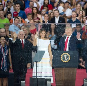 Momen Melania Trump Kehujanan di Hari Kemerdekaan AS, Rambutnya Jadi Lepek