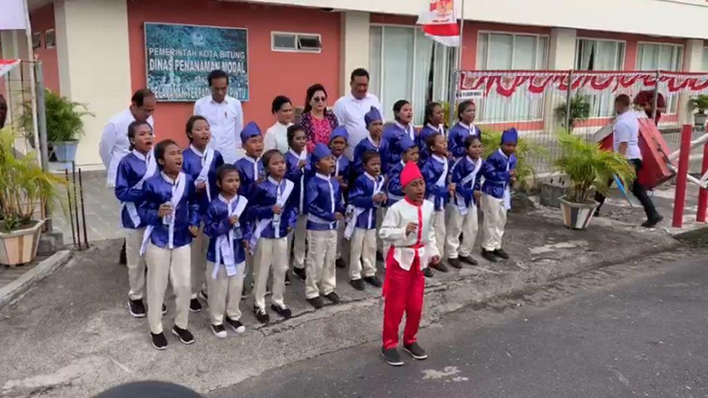 Saat Jokowi Dicuekin Anak-anak di Bitung yang Fokus Bernyanyi