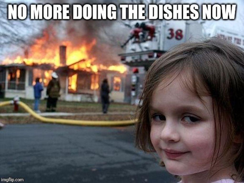 Meme Disaster Girl cukup sering beredar di internet. Dalam meme tersebut tampak ekspresi seorang anak kecil dengan senyum yang mengerikan. Mirip film horor! Foto: Imgflip