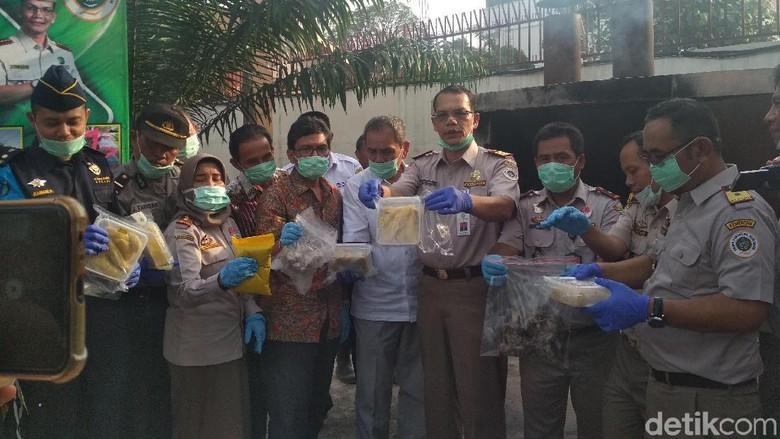 Balai Pertanian Medan Musnahkan Durian-Anak Burung Ilegal dari Malaysia