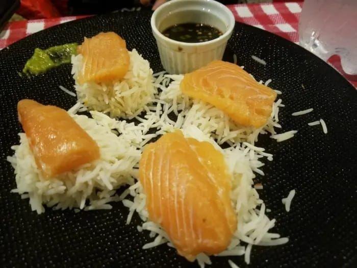 Sushi identik dengan nasi yang pulen dan menggumpal, tapi sushi ini malah dibuat dari beras basmati. Ya jelas saja tidak menempel! Foto: Istimewa