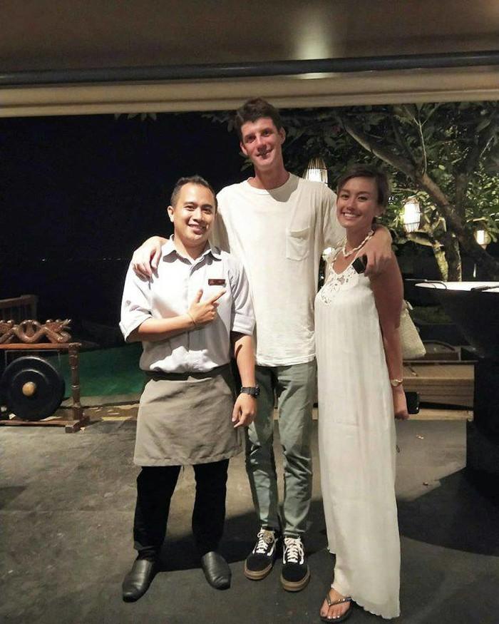 Berfoto bersama pelayan restoran, Agnez MO dan Jeffrey tampak berencana untuk dinner bersama. Lihat mereka mengenakan warna baju senada. Foto: Istimewa