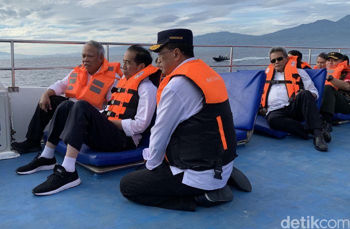 Menteri Perhubungan Budi Karya Sumadi terlibat dalam perbincangan itu. Budi tampak duduk lesehan di sebelah kiri Jokowi. Sementara di sebelah kanan Jokowi terlihat Menteri Pekerjaan Umum dan Perumahan Rakyat (PUPR) Basuki Hadimuljono.