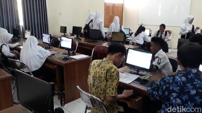 Suasana pendaftaran online PPDB di SMAN 1 Brebes, Kamis (5/7/2019). Foto: Imam Suripto/detikcom