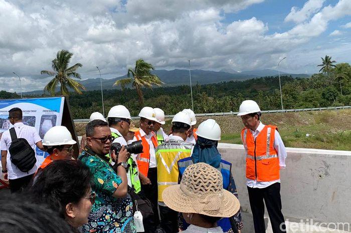Presiden Joko Widodo (Jokowi) meninjau proyek Tol Manado-Bitung hari ini, Jumat (5/7/2019).