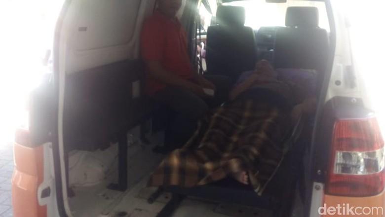 Nenek Zakia Terpaksa Naik Ambulans ke Kantor Pos Maros demi Gaji Pensiun