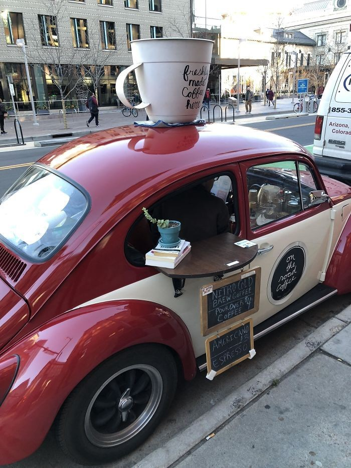 Jika bosan ngopi di kafe biasa, bisa mampir ke kafe mobil yang ada di wilayah Arizona, Amerika. Di sini kafenya hanya seluas mobil VW lengkap dengan meja kecil untuk pengunjung minum kopi. Foto: Boredpanda