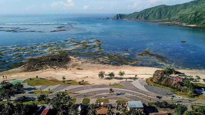 This aerial picture taken on February 23, 2019 shows the Mandalika coastal development project, which is the proposed site of a new MotoGP motorbike race on a custom-built street circuit in Mandalika in the south of Lombok. - MotoGP's return to Indonesia after more than two decades has been met with jubilation on the island of Lombok where sports fans hope it will revive their earthquake-ravaged economy. (Photo by ARSYAD ALI / AFP)