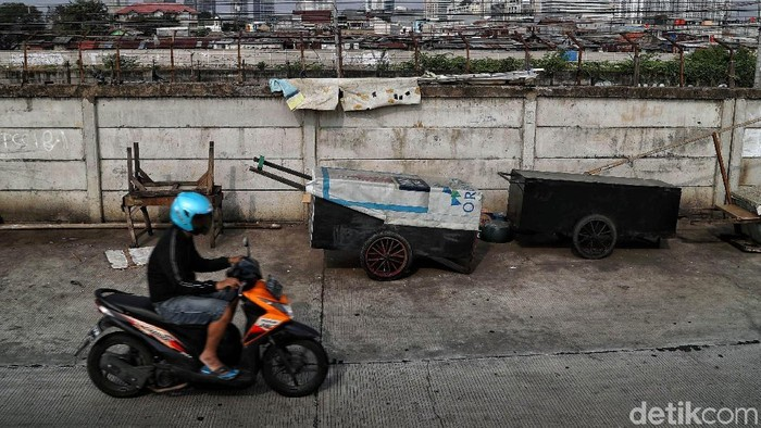 Kemiskinan jadi salah satu faktor yang membuat warga memilih tinggal di gubuk liar. Hal itu dapat dilihat di kawasan Kanal Banjir Barat, Jakarta.