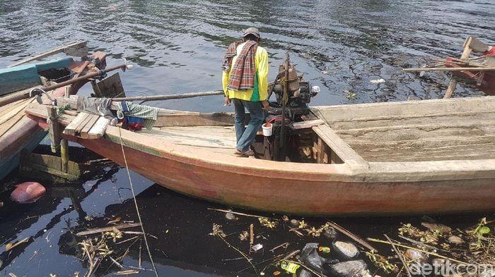 Foto: Sungai Ciujung Serang Menghitam Diduga Tercemar Limbah Industri (Bahtiar-detik)