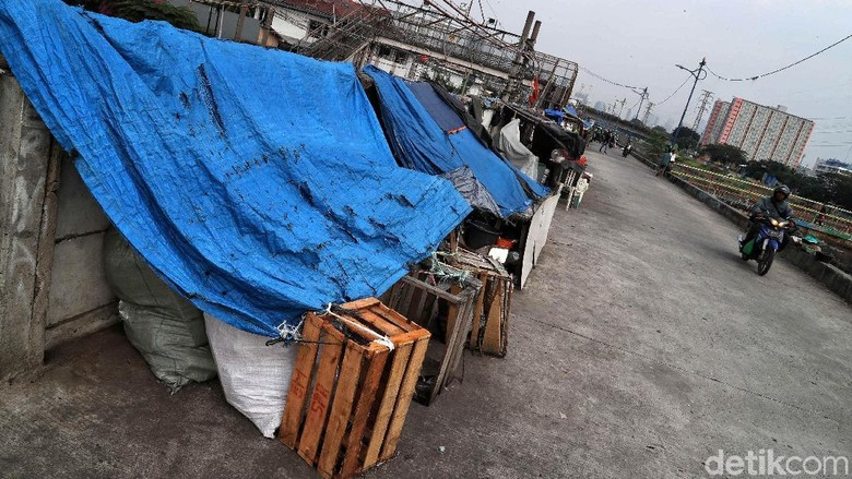 Duh, Gubuk Liar Penuhi Bantaran Sungai Banjir Kanal Barat