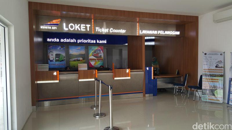 Saat liburan ke Sumatera Barat, kamu harus coba kereta bandaranya. Tak seperti kereta bandara di tempat lain, harga tiket kereta bandara di Padang sangat terjangkau.