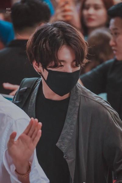 Jungkook 'BTS' Curi Perhatian di Bandara Pakai Hanbok Modern