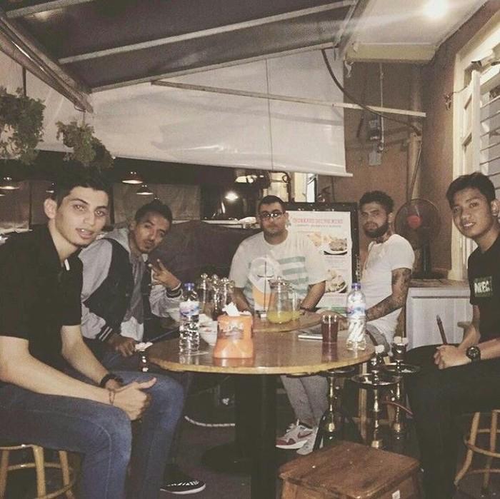 Ini Diego saat nongkrong bareng teman-temannya di sebuah kafe. Momen tersebut diabadikan dalam sebuah foto. Foto: Istimewa