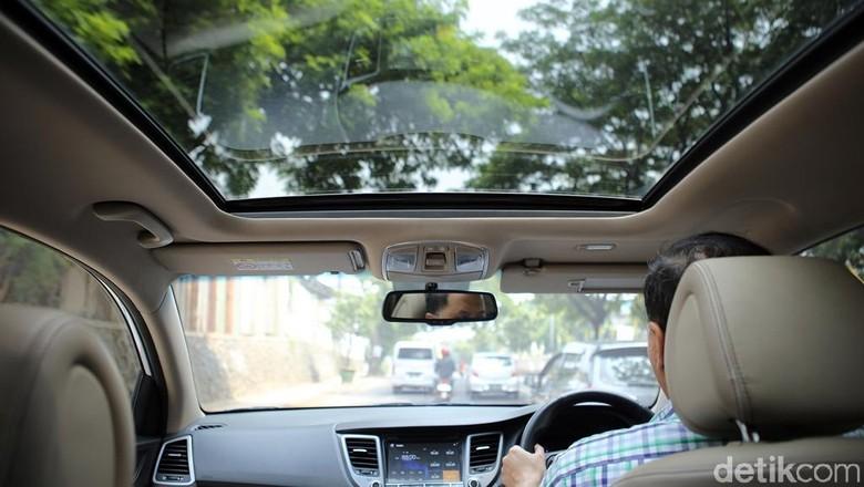 Pengendara mengendarai mobil yang memiliki Panoramic Sunroof Foto: Hyundai