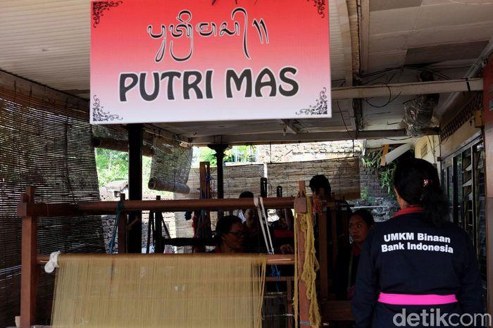 Di wilayah Jembrana, Bali, ada sebuah kelompok tenun Songket bernama Putrimas yang tetap mempertahankan motif-motif asli Jembrana.