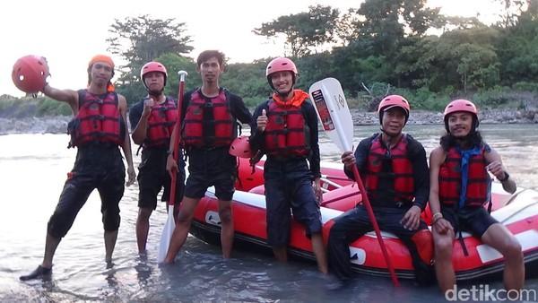 Mahasiswa Pencinta Alam Universitas Muslim Indonesia (MAPALA UMI) menurunkan 11 orang anggotanya untuk mengikuti latihan bersama. Tim Arung Jeram Mapala UMI yang berjumlah 11 orang ini mempelajari teknik mendayung dan water rescue (Ibnu Munsir/detikcom)