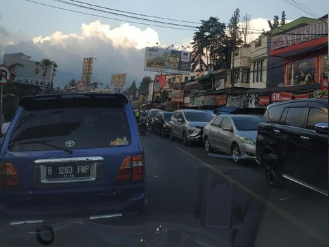 Di jalan arteri pun masih ditemui kemacetan