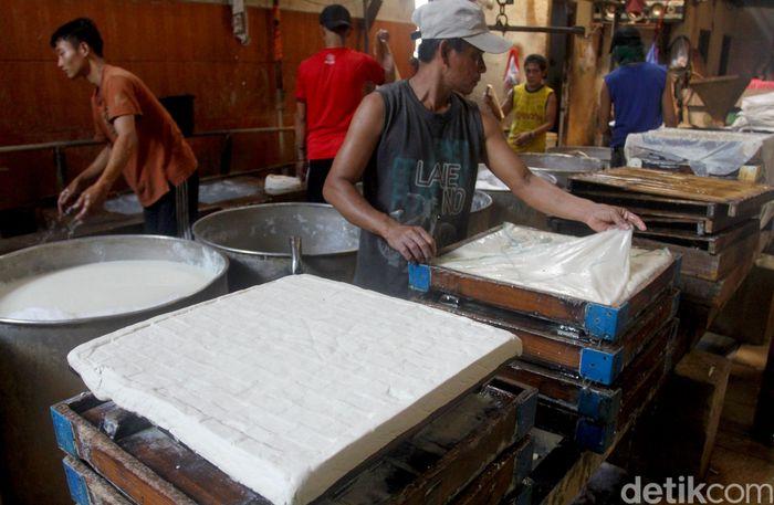 Sejumlah pekerja sedang membuat tahu di Pabrik Tahu Pak Tabah yang berada di kawasan Pondok Cabe, Tangerang Selatan, Sabtu (6/7/2019).