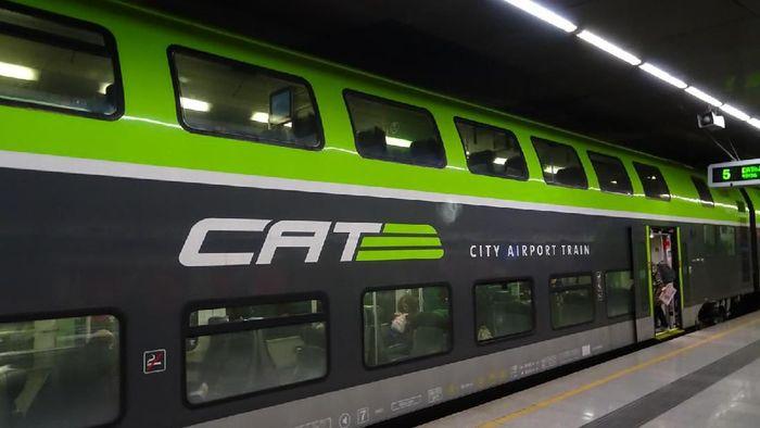 City Airport Train (CAT) atau kereta cepat yang melayani rute Bandara Internasional Vienna dengan waktu tempuh 16 menit. Kereta tingkat ini juga memiliki interior yang sangat modern.Foto: Dok. TranToTheAirport.com