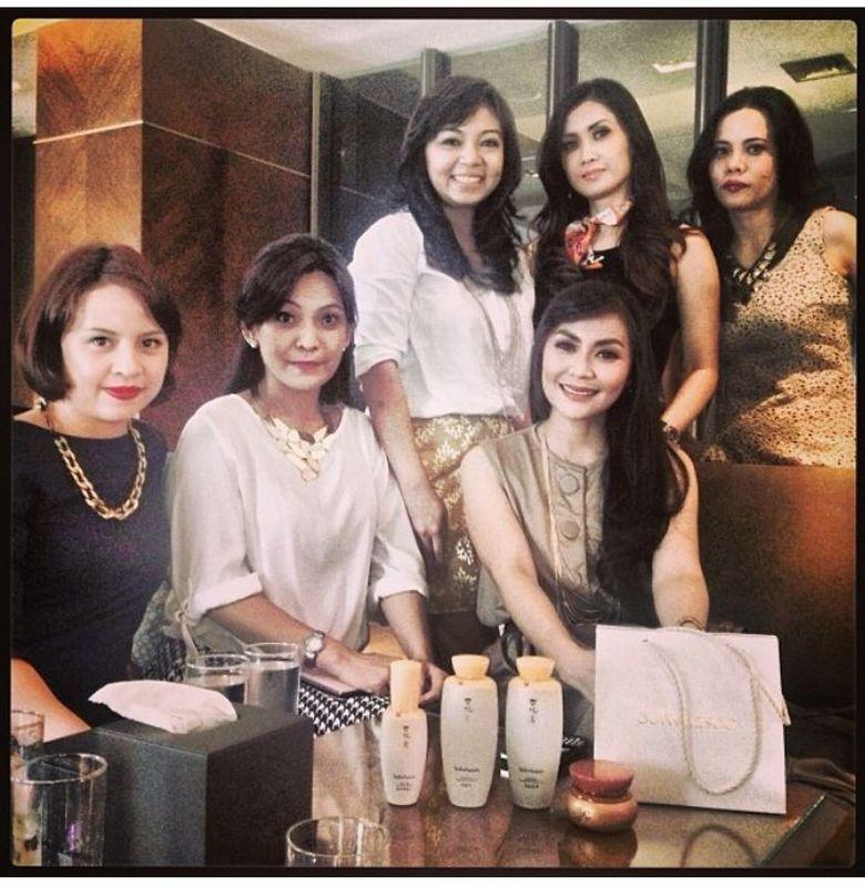 Zara tengah berkumpul bersama teman-temannya.. Foto: Instagram Zara Zettira